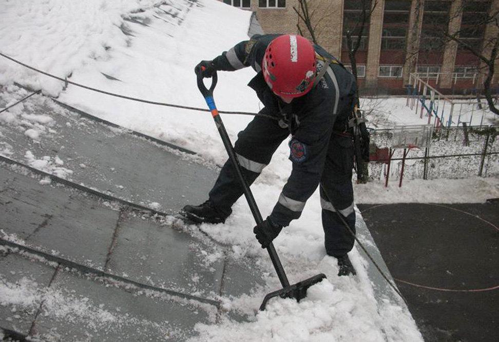 Картинки по запросу Очистка зимой крыш от наледи и снега
